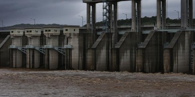 장마전선 영향으로 비가 내리는 5일 경기도 연천군 군남홍수조절지에서 한국수자원공사가 임진강 물을 방류하고 있다.