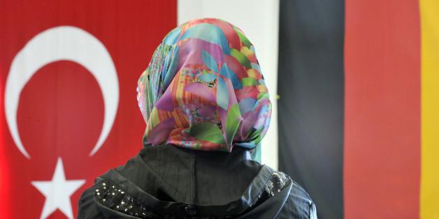 Eine Deutsch-Türkin mit Kopftuch (Symbolbild)