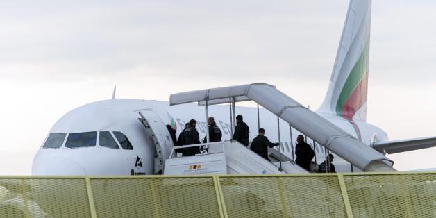 Archivbild: Abgelehnte Asylbewerber steigen am 09.12.2014 am Baden-Airport in Rheinmünster