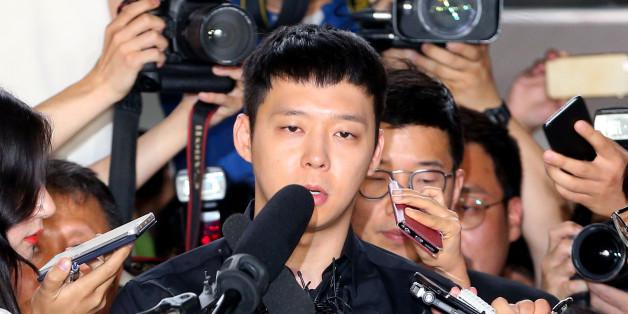 가수 겸 배우 박유천이 30일 오후 성폭행 피의자 신분으로 조사를 받기 위해 서울 강남경찰서로 들어서고 있다.