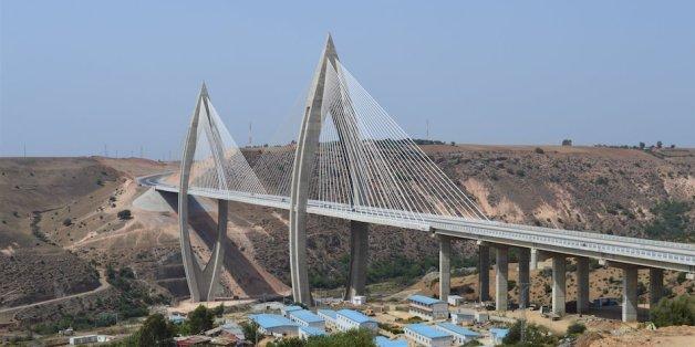 Le roi inaugure l'autoroute de contournement de Rabat et le pont à haubans