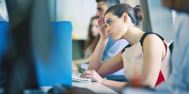 Eine junge Frau starrt auf ihren Computerbildschirm