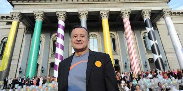 Der Intendant der Bayerischen Staatsoper, Nikolaus Bachler, steht vor der Bayerischen Staatsoper in München.