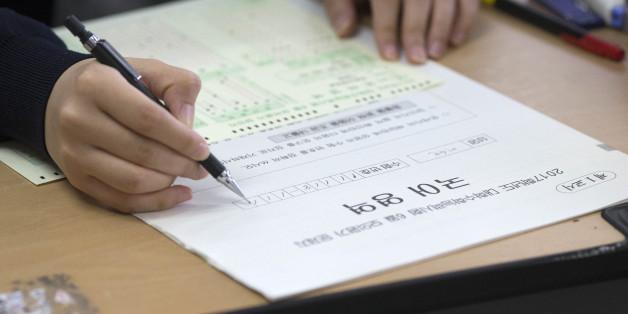 수능 첫 모의평가가 실시된 6월 2일 오전 서울 서초구 반포고등학교에서 학생이 시험 시작을 준비하고 있다.