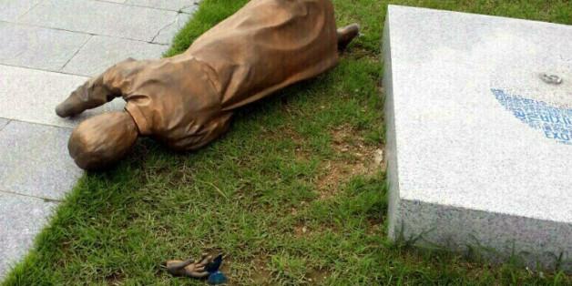 광주시청 앞에 설치된 평화의 소녀상이 9일 오후 넘어져 바닥에 나뒹굴고 있다. 이날 사고로 손목이 분리된 소녀상은 지난 3월에도 한 차례 쓰러진 적 있다.