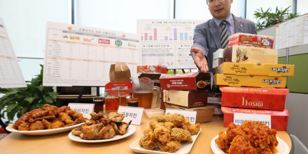 정현희 한국소비자원 시험검사국 식품미생물팀장이 8일 오전 정부세종청사 공정거래위원회 기자실에서 프랜차이즈 치킨 제품별 영양성분을 설명하고 있다.