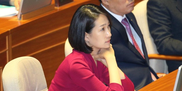 리베이트 수수 의혹을 받는 국민의당 김수민 의원이 4일 오전 국회 본회의장에서 대정부 질문을 보고 있다.