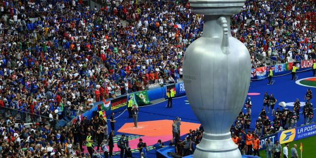 Ein überdimensionaler Pokal steht beim Auftakt zum EM-Finalspiel im Stadion von Paris