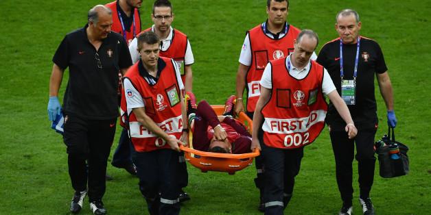 Ronaldo wird verletzt vom Platz getragen