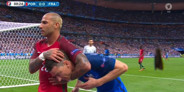 Ricardo Quaresma (l.) klemmt sich Laurent Koscielny unter den Arm – ein Sinnbild für diese EM 2016