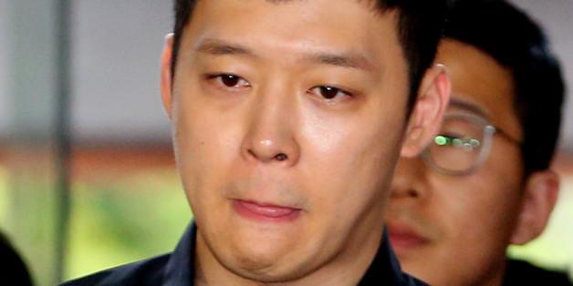 가수 겸 배우 박유천이 6월 30일 오후 성폭행 피의자 신분으로 조사를 받기 위해 서울 강남경찰서로 들어서고 있다