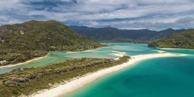 Photo non datée de la plage Awaroa, une bande de 800 m de sable fin adjacente au Abel Tasman National Park sur l'île du sud de Nouvelle-Zélande, rachetée grâce