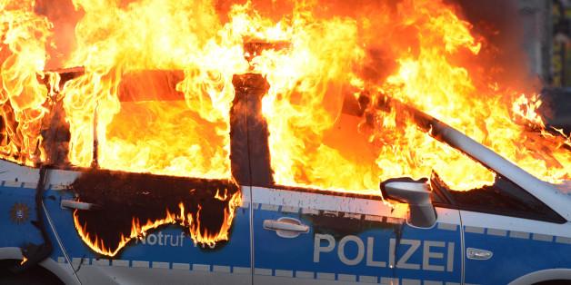 Bei den Demonstrationen in Frankfurt wurden Polizeiautos in Brand gesetzt.