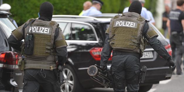 Spezialkräfte rücken am Einsatzort in Stuttgart an