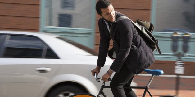 Ein Geschäftsmann auf seinem Fahrrad
