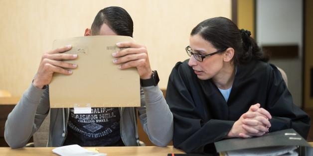 Ein 21-jähriger Angeklagter sitzt am 07.07.2016 im Amtsgericht in Köln