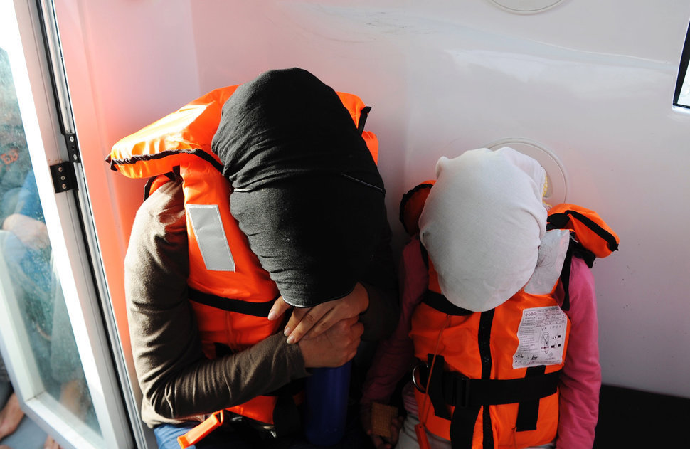 refugees in lifevests