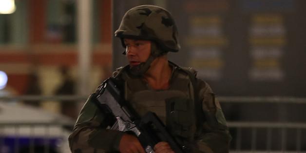Ein Soldat bewacht den Tatort an der französischen Riveria