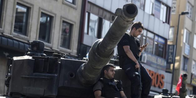 Türkische Polizisten nach dem vereitelten Militärputsch in der Türkei
