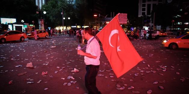 Ein einsamer Protestler nach dem versuchten Militärputsch in der Türkei. Das Volk stellte sich größtenteils auf die Seite Erdogans.