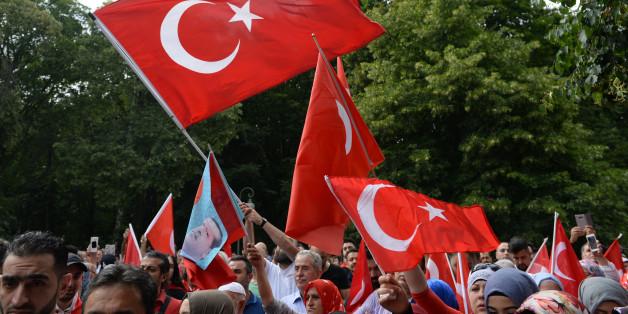 Türken demonstrieren in Berlin gegen den versuchten Militärputsch