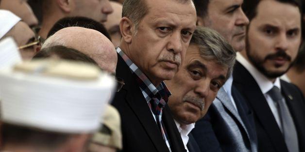 Staatspräsident Recep Tayyip Erdogan und sein Amtsvorgänger Abdullah Gül nehmen an der Beerdigung eines Opfers des Aufstandes teil