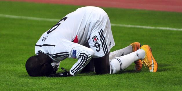 Après son horrible blessure, les messages de soutien se multiplient pour Demba Ba