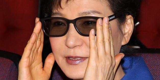 박근혜 대통령이 2014년 1월 3D 안경을 착용하고 영화를 보는 모습. 이 사진은 기사의 내용과 별 관계 없다.