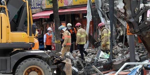 18일 오후 붕괴사고가 발생한 서울 홍은동의 한 건물 잔해 위에 소방대원들이 실종자 수색작업을 벌이고 있다.