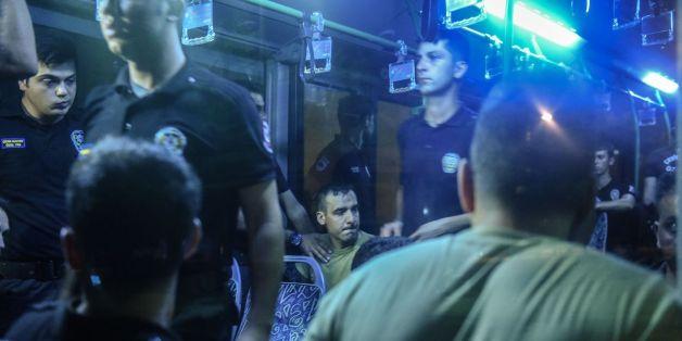 Arrestation de militaires par des policiers le 16 juillet 2016 à Istanbu