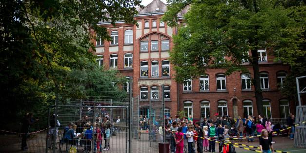 """Archivbild: Die Rütli-Schule im Stadtbezirk Neukölln galt lange Zeit als die schlimmste Schule Deutschlands. Aber das Image hat sich gewandelt: """"Gemeinschaftsschule auf dem Campus Rütli"""" heißt die neue Schule jetzt. Und dort haben nun die ersten Schüler ihr Abitur gemacht"""