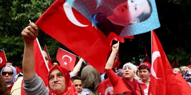 Demonstranten versammeln sich vor der türkischen Botschaft in Berlin, um gegen den Putschversuch zu demonstrieren