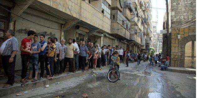 Des Syriens font la queue pour acheter du pain à Alep le 12 juillet 2016