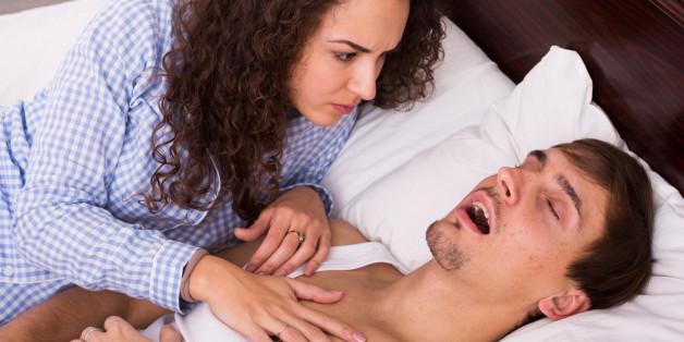 Schnarchen ist bei Paaren wohl einer der größten Schlafkiller
