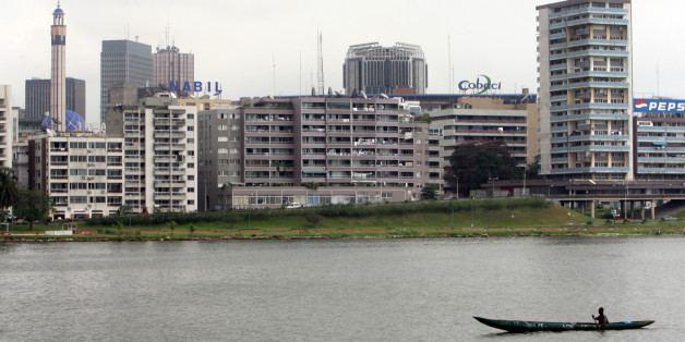 A man paddles his canoe on the Ebrie Lagoon, the main lagoon of Abidjan, southeastern Ivory Coast September 14, 2006. The  Ivorian minister for construction and town planning Amon Tanoh of the dissolved  government has revealed on Wednesday during a meeting that the Bay of Cocody, the bay of the main lagoon of Abidjan, has been polluted by the toxic waste dumped in the area of Abidjan zoo.  REUTERS/Luc Gnago (IVORY COAST)