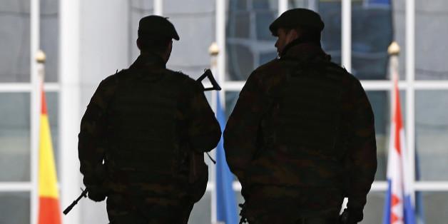 Terror-Alarm in Brüssel: Polizei umzingelt Mann mit Kabeln im Mantel
