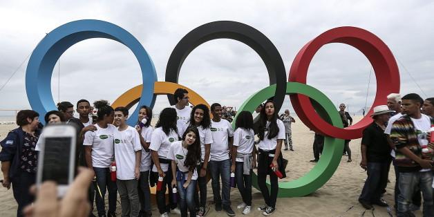 Touristen posieren vor den olympischen Ringen an der Copacabana in Rio de Janeiro - eine Terrorzelle plante angeblich einen Anschlag während des Sportevents