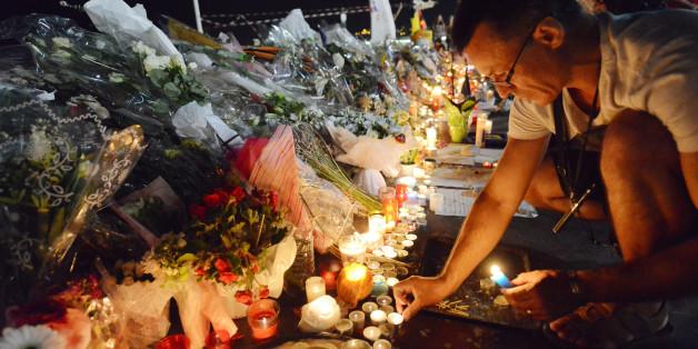 Ein Mann stellt Kerzen an dem Ort auf, an dem der Lastwagen-Attentäter 84 Menschen tötete