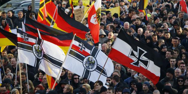Pegida-Anhänger demonstrieren mit Reichskriegsflagge in Dresden
