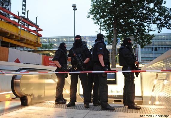 polizisten sichern die ubahnstationen