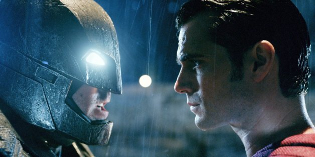 """Duell der Giganten: Das lang ersehnte Aufeinandertreffen von """"Batman vs. Superman"""" kommt ab sofort auch zu euch nach Hause."""