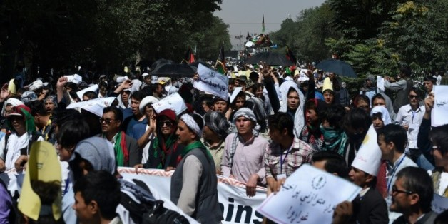 Des manifestants de la communauté hazara défilent contre un projet de ligne à haute-tension qui délaisse leur territoire à Kaboul en Afghanistan, le 23 juillet 2016
