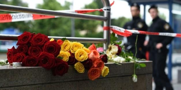 Des fleurs sont déposées en hommage aux victime de la fusillade dans un centre commercial de Munich, le 23 juillet 2016