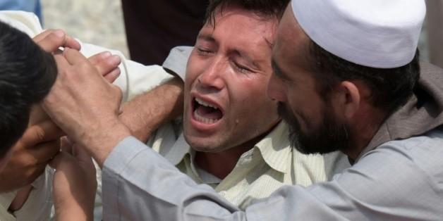 Un homme hurle sa douleur le 24 juillet 2016 à Kaboul au lendemain de l'attentat qui a fait 80 morts