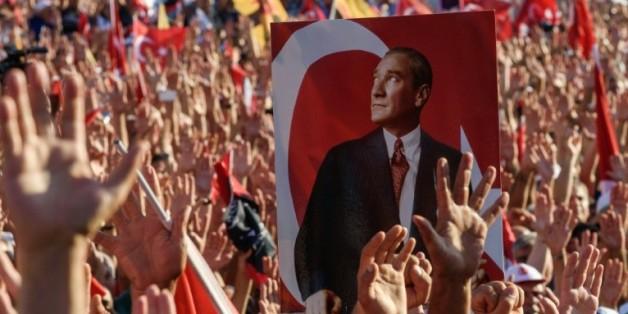 Le portrait de Mustafa Kemal Atatürk, brandi lors de la manifestation de l'opposition le 24 juillet 2016 place Taksim à Istanbul