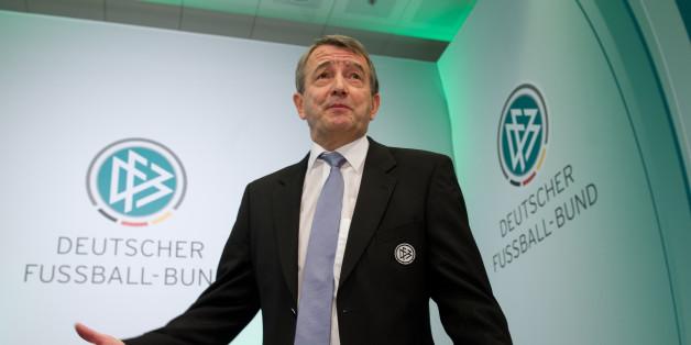 Die FIFA-Ethikkommission hat den früheren DFB-Präsidenten Wolfgang Niersbach im Zuge der Affäre um die WM 2006 für ein Jahr gesperrt