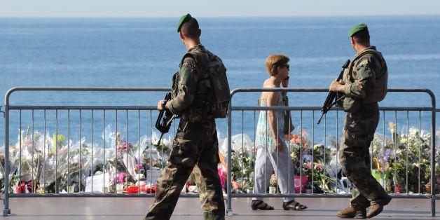 Polizisten nach dem Anschlag in Nizza