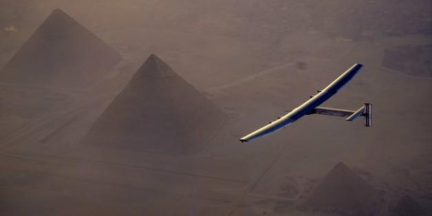Der Solarflieger Solar Impulse über den Pyramiden