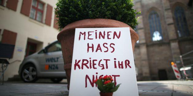 Am Tatort des Bombenanschlags in München setzen Anwohner ein Zeichen gegen den Hass