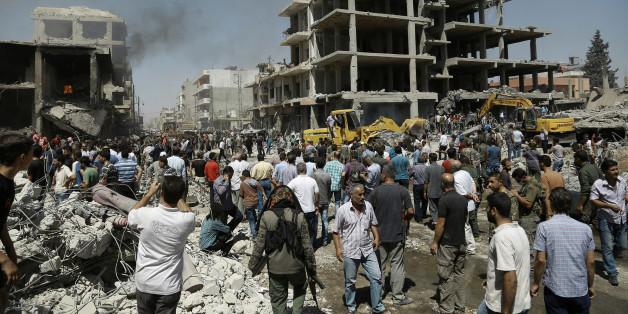 Syrer in den Ruinen des Anschlags in der Stadt Qamishli am 27. Juli